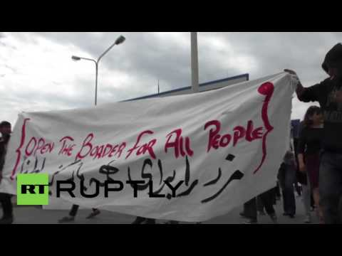 Greece: Hundreds team up with refugees in Piraeus in protest over EU-Turkey deal