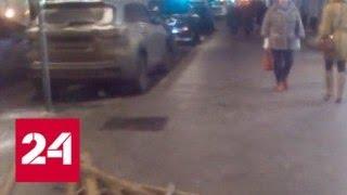 Вылетевший на тротуар джип сбил двух пешеходов в центре Москвы - Россия 24