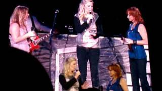 Reba McEntire, Kelly Clarkson & Melissa Peterman - Im A Survivor Intro