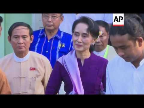 Suu Kyi arrives at Myanmar parliament