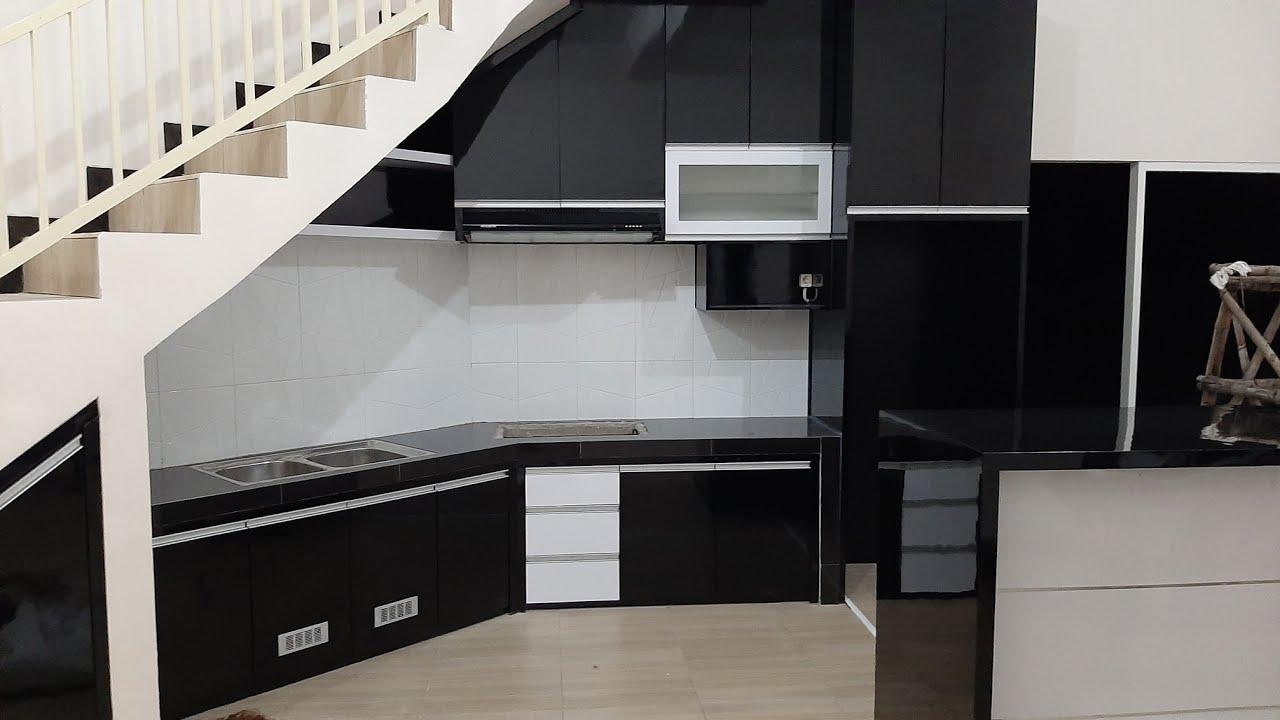 Kitchen set minimalis di bawah tangga warna hitam glossy ...