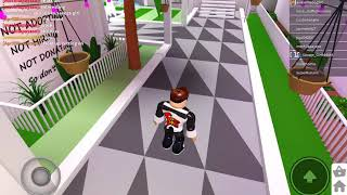 Playing with youtuber savage girl-roblox
