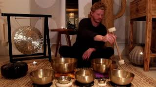 10 min Meditation with Peter Hess singing bowls