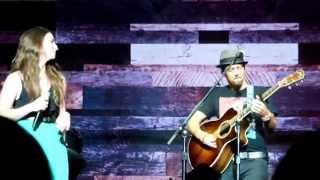 Jason Mraz and Sara Bareilles singing Beautiful by Carole King