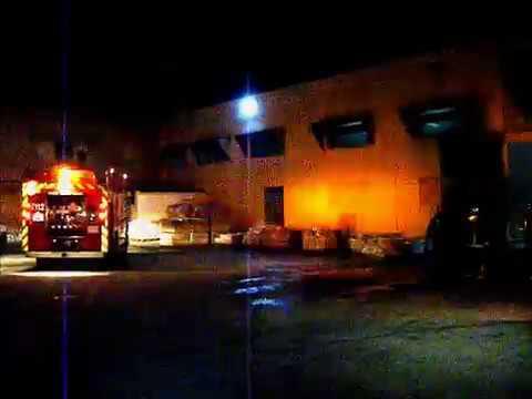 Bomberos fuenlabrada madrid incendio nave piscinas de for Piscina fuenlabrada