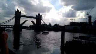Лондон.Мост Тауэр раздвигается.Англия(Я гуляла по набережной и случайно увидела, как раздвингается Тауэрский мост в Лондоне. Людей собралось..., 2016-11-04T23:24:00.000Z)