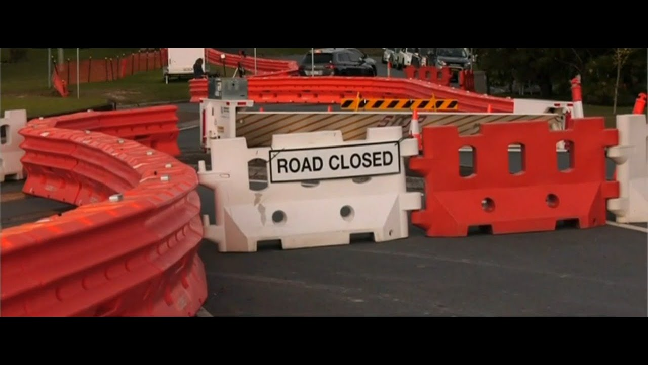 Qld-NSW border towns wake to 'border wall' - YouTube