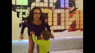 Эвелина Бледанс трясет грудью