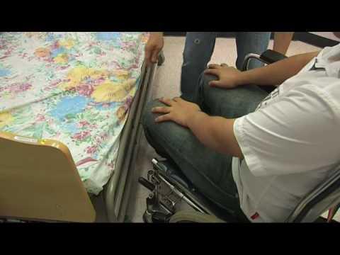 SAGE 2009 扶抱技巧:單人扶抱長者由輪椅過床