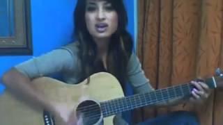 Девушка красиво играет на гитаре и поёт.mp4
