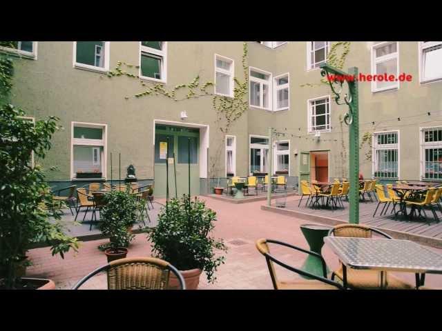 Das Apartmenthaus Kolo77 in Berlin Wedding eignet sich vor allem für ältere Schulklassen, da es auch die Möglichkeit bietet, sich einmal selbst etws zum Essen zu machen.  Mehr Infos zur Unterkunft unter: https://www.herole.de/klassenfahrten-berlin _______________________________________________________________________________________  Ihr findet uns auch auf  ► unserer Website:  https://www.herole.de ► unserem Blog:  https://www.herole.de/blog/ ► Facebook:  https://www.facebook.com/HeroleReisen ► Instagram:  https://www.instagram.com/herolereisen ► Google+: https://plus.google.com/+HeroleDe/ ► Twitter: https://twitter.com/herole_reisen  _______________________________________________________________________________________  ► Wir sind ein Reiseveranstalter für Klassenfahrten, Abifahrten und Studienreisen. Unser Team besteht aus jungen und sehr engagierten Mitarbeitern der Tourismusbranche  ► Unser Anliegen ist es, Ihnen einfach schöne Klassenfahrten zu einem erschwinglichen Preis anzubieten. Wir wissen, wie wichtig Klassenfahrten für den Klassenzusammenhalt sowie für die Förderung des Allgemeinwissens sind. Wir sind daher bestrebt, Ihnen Reisen mit spezifischen Zusatzprogrammen anzubieten, die auf Ihren persönlichen pädagogischen Anspruch zugeschnitten sind.  Impressum:  https://www.herole.de/impressum  Kamera: Erik Schimschar/Schnitt: Andrej Bavtschenkov