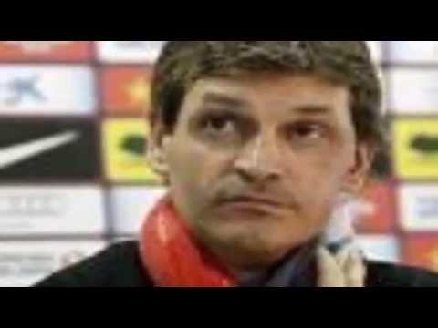 Former Barcelona coach Tito Vilanova has died of throat cancer at the age of 45.