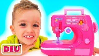 Vlad und Mama spielen mit Toy Sewing machine