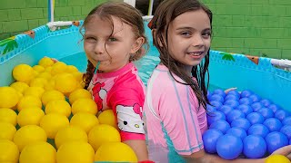 Kinder Joy si bilute colorate in Piscina ! Joc Melly Karamely