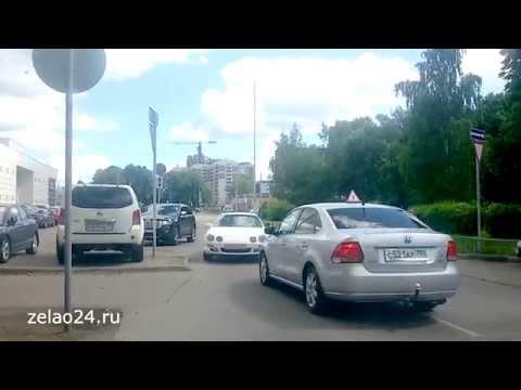 Проезд автомобилей под запрещающий знак в Зеленограде на улице Советской