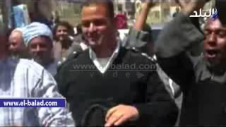 بالفيديو والصور .. مواطنون يهتفون لمحافظ الأقصر ويحملون رئيس مدينة اسنا على الأعناق