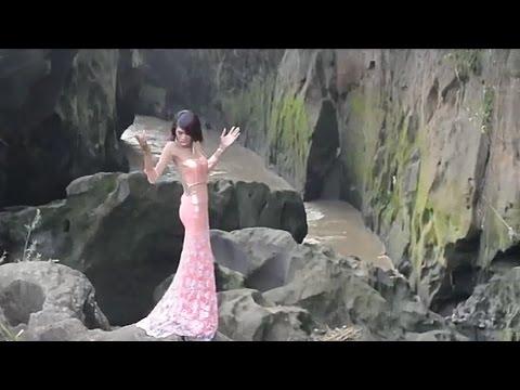 Adegan Menantang ditebing curam Bella Paramitha - Apa Adanya Lagu Keren Ferra KDI