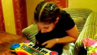 Кошка играет на пианино