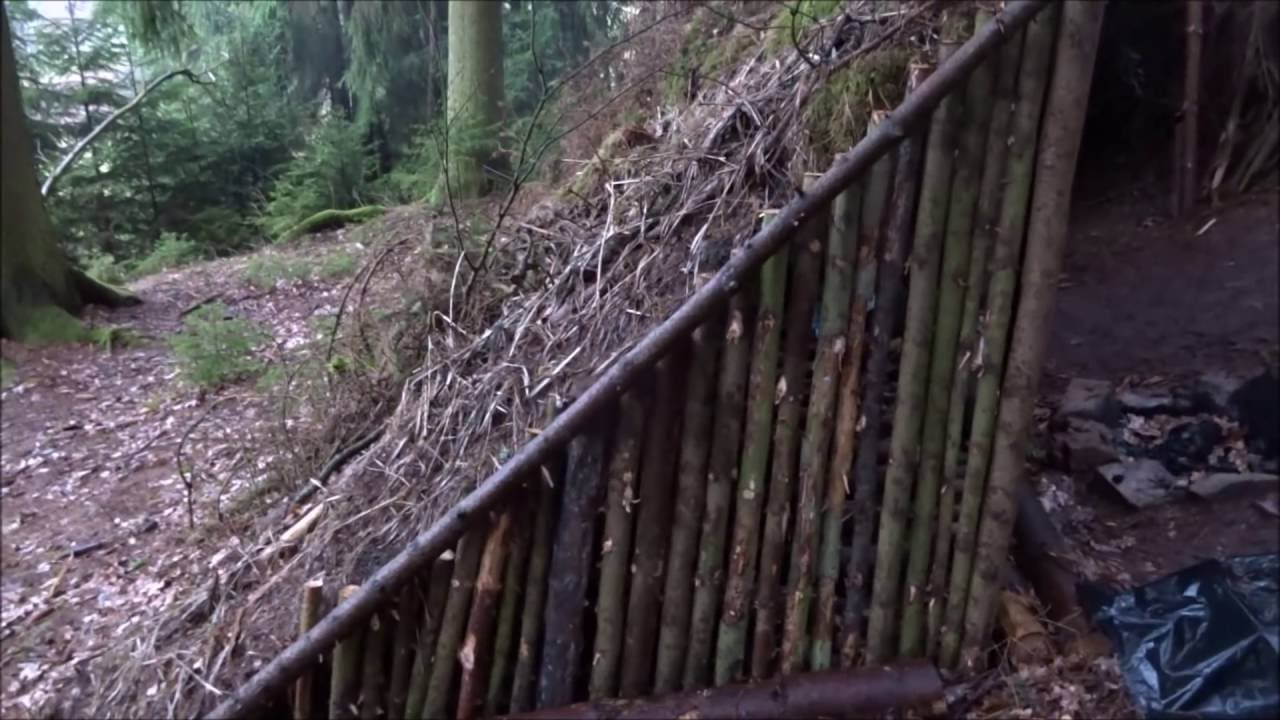 im bushcraft wald camp am eingangsbereich gebaut und im erdofen