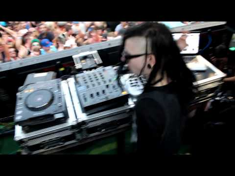 Skrillex - Hold On & Let Me Clear My Throat - Wavehouse, San Diego, CA - (2011)