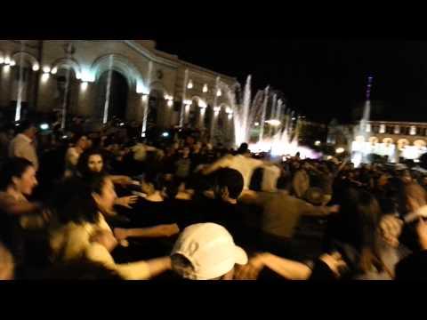 Армяне танцуют кочари в Ереване