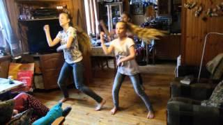 Танец на даче в подарок бабушке на день рождения(Дача, 9 января. Девчонки придумали танец в подарок бабушке на день рождения., 2016-01-09T19:21:33.000Z)