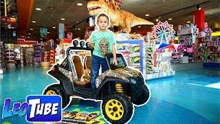 Leo viaja a una super juguetería para hacer un regalo a Mikel