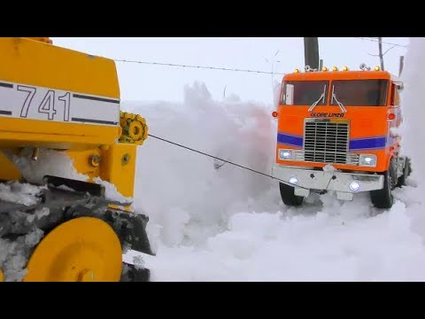 RC TUCK RESCUE ALASKA ROAD! COOL RC RESCUE ACTION FROM A GLOBE LINER! HEAVY RC MACHINES IN DANGER
