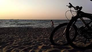 Нудист бегает на рассвете по пляжу