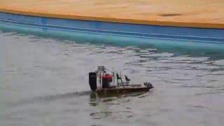 ラジコンのエアボートです。レディセットなので、電池を入れれば すぐ遊...
