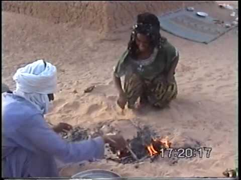 Africa,  Touaregs: Cocinando pan en la arena