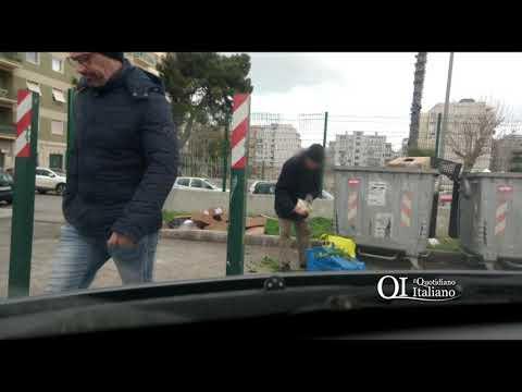 Bari, anziano rovista nel cassonetto in cerca di scarti: passante gli dona frutta e un abbraccio