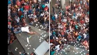 Lluvia de dinero desata locura en el centro de Medellín