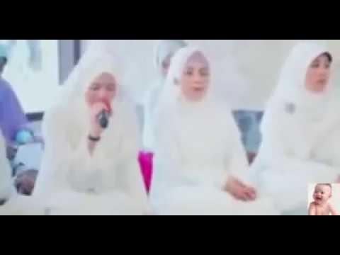 wanita cantik membaca al quran dengan suara merdu bikin