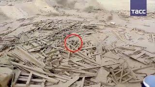 Женщина спасается из потоков грязевого оползня в Перу —видео