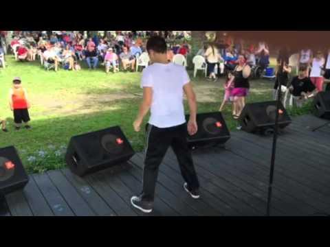 Kid dances like Michael Jackson