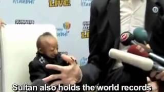 האיש הגבוה בעולם פוגש לראשונה את האיש הנמוך בעולם