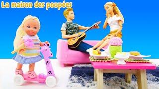 Evi fait le dinner pour Barbie et Ken. Vidéo de poupées pour enfants.