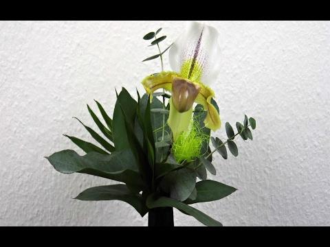 Floristik: Frauenschuh Orchidee Paphiopedilum in einem Blumenstrauß binden