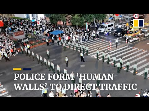 Police form 'human walls' to direct traffic in China