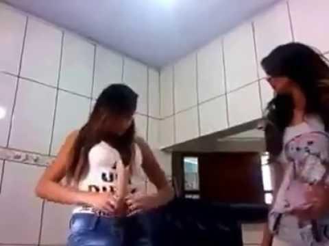 Video Lucu parah wanita ini memasukan sesuatu kedalam anunya
