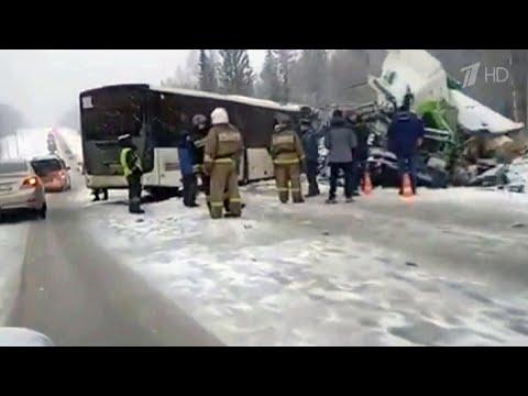 В Кемеровской области лоб в лоб столкнулись автобус и фура.