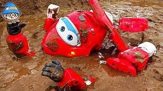 Super wings go down in the water. Transforming airplane toy robot. Assembling Super wings.