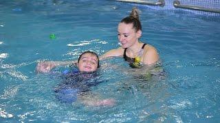 Мамина гордость в бассейне. Малыш научился плавать.Mom