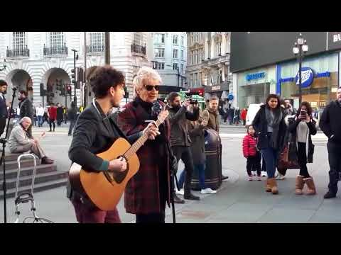 Rod Stewart surprises Street Musician and sings along Handbags And Gladrags
