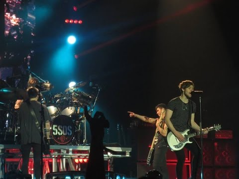5-seconds-of-summer-performing-'beside-you'-(2015-vs.-2016)