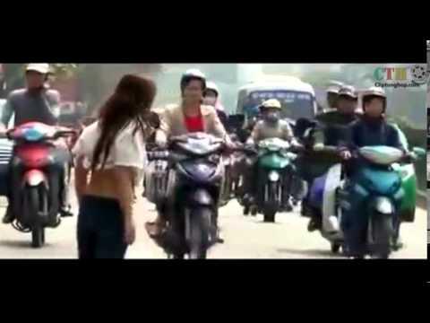 bá đạo cô gái cởi áo giữa đường