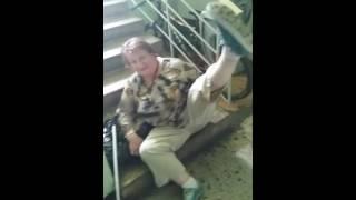 Бабка срёт)