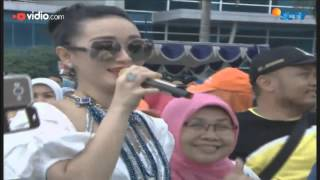 Video Zaskia Gotik - Tarik Selimut (Live on Inbox) download MP3, 3GP, MP4, WEBM, AVI, FLV Oktober 2017
