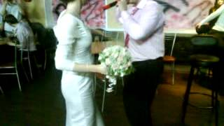 Невеста разбила барную стойку! Как НЕ надо кидать букет на свадьбе!